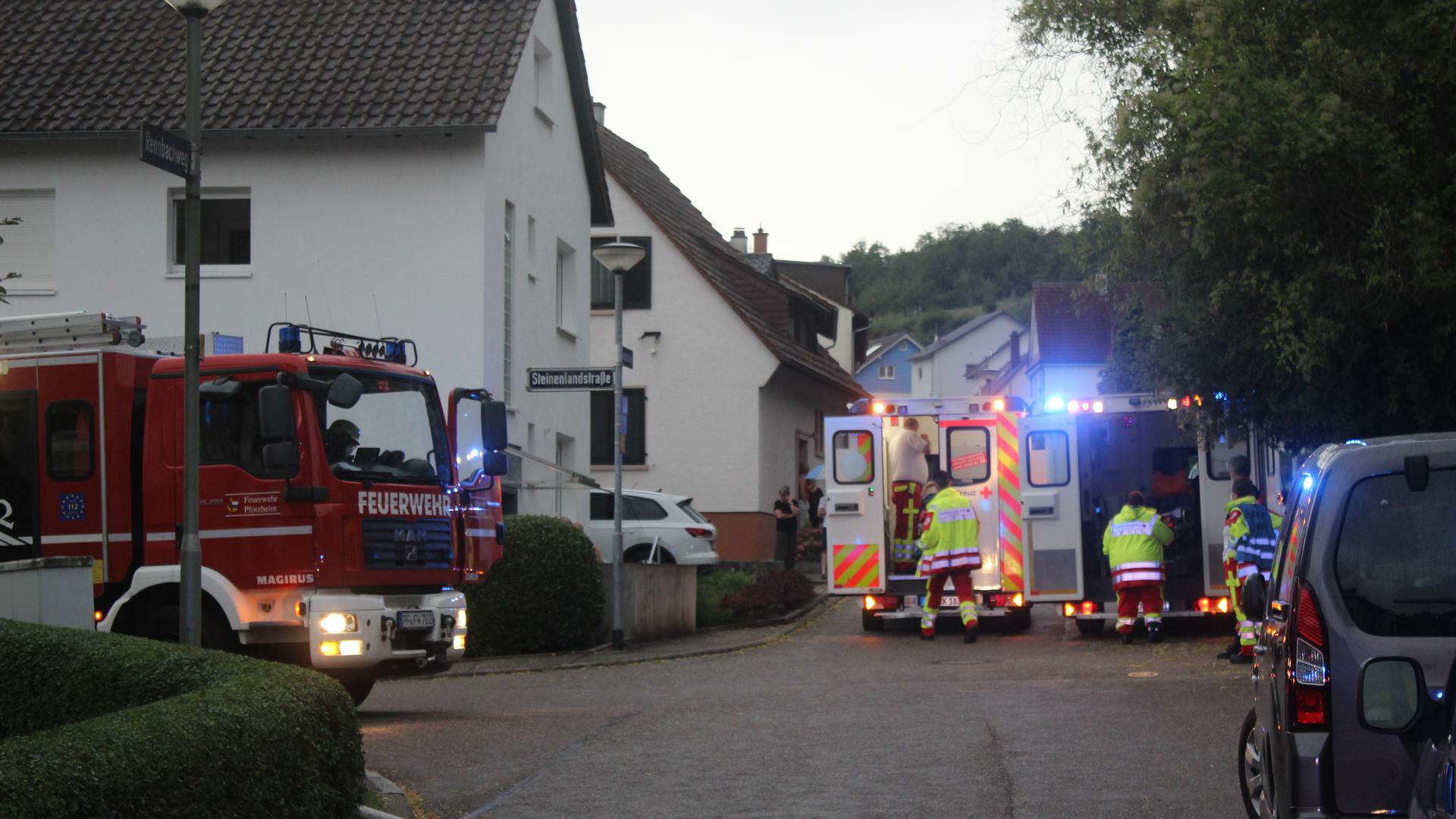 Feuerwehr und Rettungswagen in Pforzheim-Eutingen