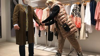 Zwei Frauen im Modegeschäft