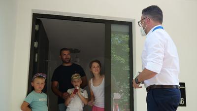 Familie Mereschko bekam am Freitagnachmittag überraschend Besuch von OB Peter Boch (rechts), der von Haustür zu Haustür unterwegs war, um für die Impfung zu werben