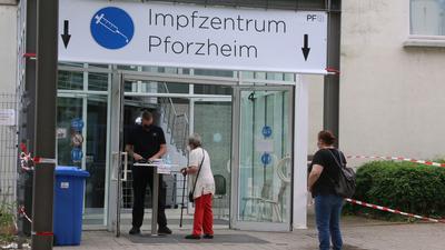 Zwei Frauen warten vor der Anmeldung am Eingang zum Kreisimpfzentrum. Am Eingang prüft die Anmeldung.