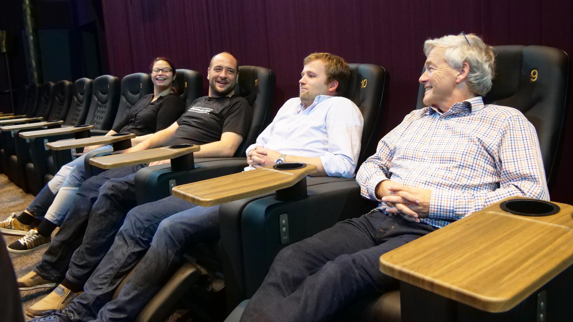 Gute Laune auf bequemen Sitzen: Für Sarah Münzer, Sebastian Hilscher, Nicolas Geiger und Michael Geiger (von links) ist der Neustart nach Wiedereröffnung von Kommunalem Kino ubd Rex am vergangenen Donnerstag gelungen.