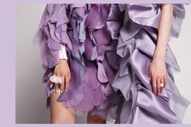 Kreativ sein - das lernen die Mode-Studierenden in Pforzheim. Jacqueline Scherlinger experimentiert mit weggeworfenem Gemüse als Färbemittel.