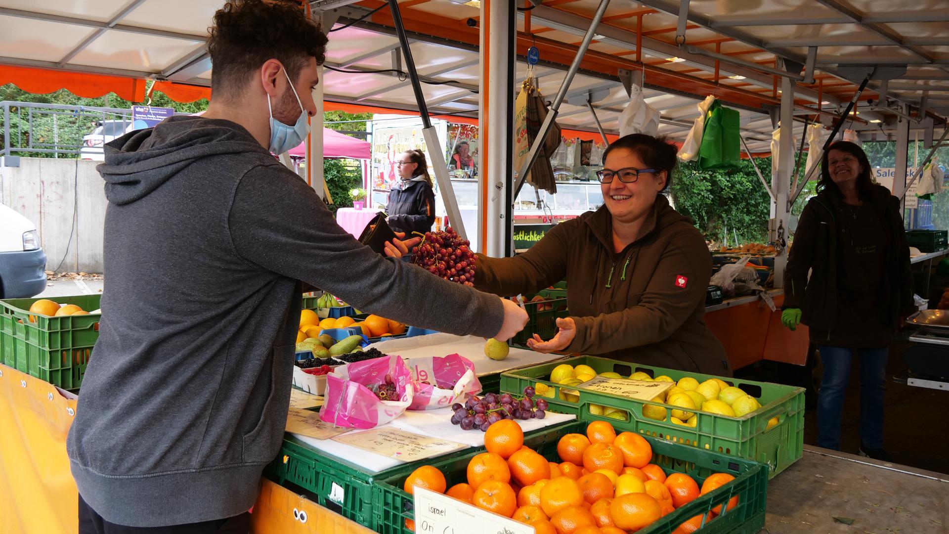 Bei Aline Salewski aus Ispringen (rechts) gehen die Trauben in diesem Jahr besonders gut