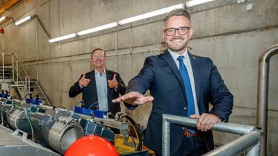Der Kohleausstieg ist geschafft: Stadtwerke-Geschäftsführer Herbert Marquard  (links) und Pforzheims OB Peter Boch weihen die neuen Gasmotoren im Heizkraftwerk ein.