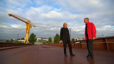 Jakob Dunkl vom Wiener Büro Querkraft (rechts) bei Filmaufnahmen für Arte in einem Industriegebiet von Nantes