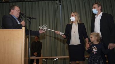 Sabine Wagner, neue Bürgermeisterin von Neuhausen bekam schon einmal symbolisch den Rathausschlüssel von Bürgermeister Oliver Korz überreicht. Rechts ihr Mann Martin und Töchterchen Emilia.
