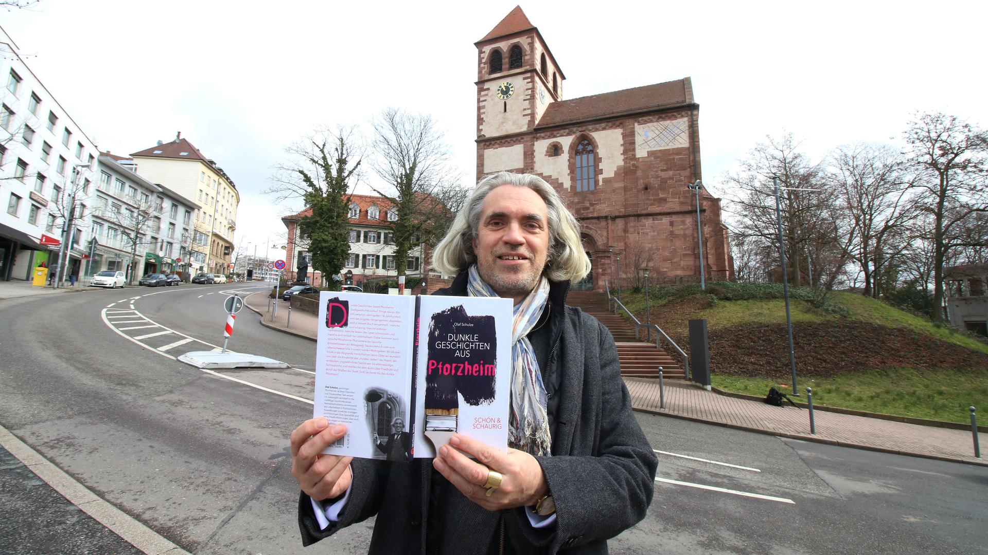 Olaf Schulze vor der Schloßkirche in Pforzheim