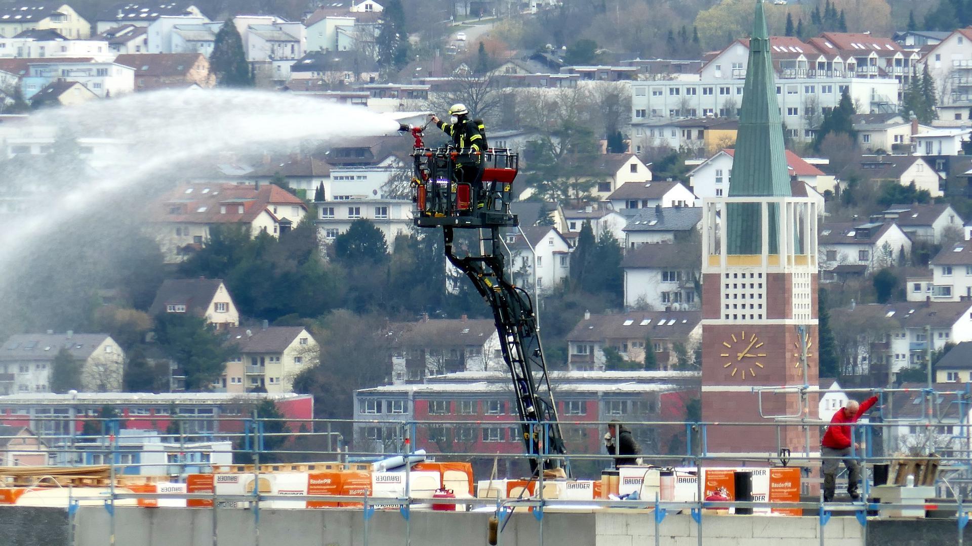Löschen von oben: Die Feuerwehr war mit Drehleitern im Einsatz. Im Hintergrund der Turm der Stadtkirche.