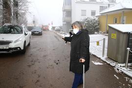 Frau vor Ausfahrt