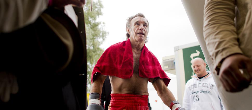 """Der ehemalige Boxeuropameister im Leichtgewicht, """"Der schöne Rene"""" Rene Weller, kommt in den Boxring auf der Rheinkirmes in Düsseldorf."""