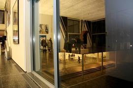 Blick von der großen Halle des Kunstvereins in den Innenhof sowie zu einer Ausstellung im Untergeschoss des Reuchlinhauses