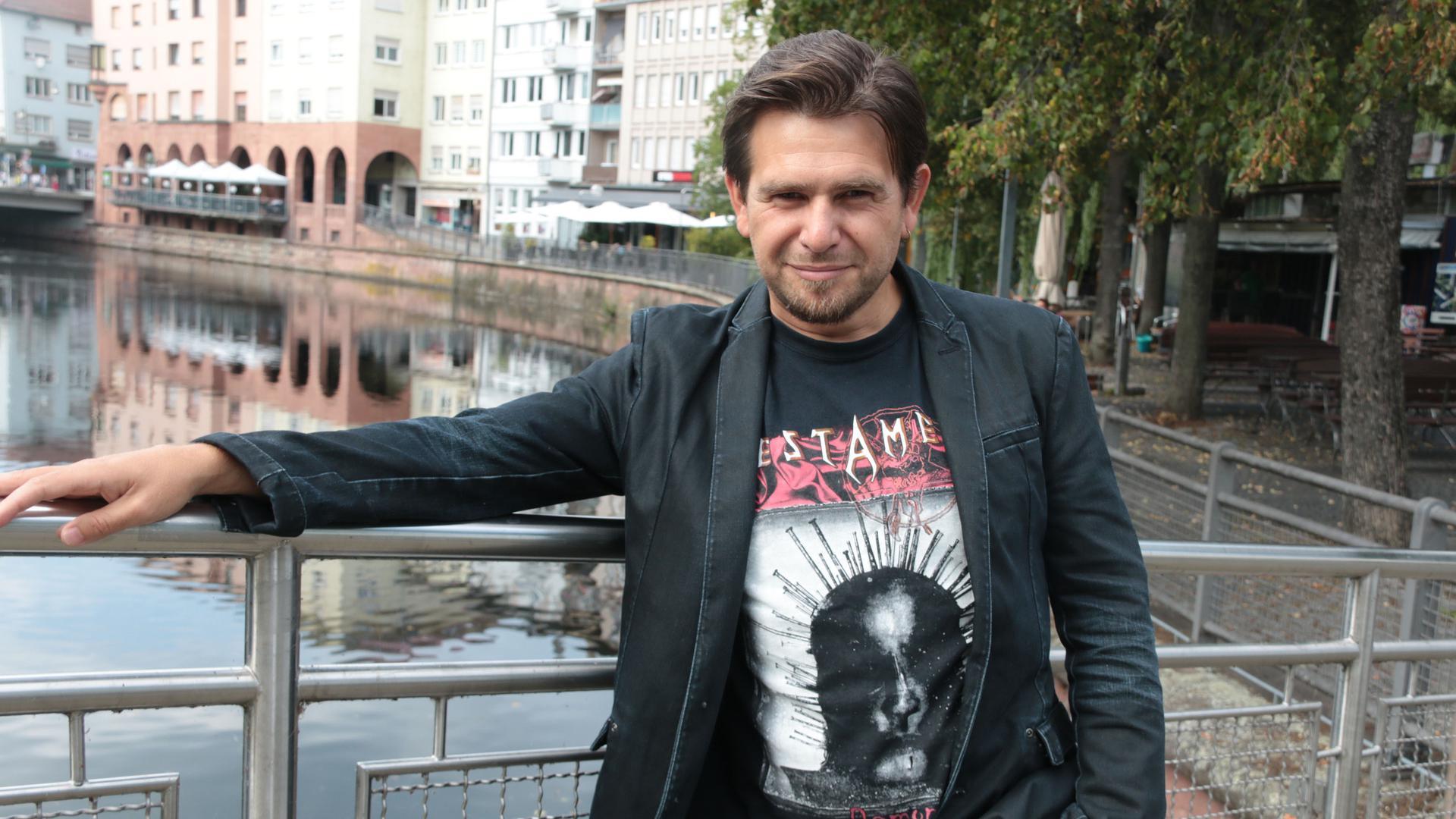 Tenor Santiago Burgi steht am Geländer an der Enz.