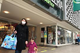 Mutter und Kind beim Shopping am 27.3. 2021 in Pforzheim