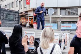 Spitzenkandidat Uwe Hück warb auf dem Pforzheimer Leopoldplatz um Stimmen.