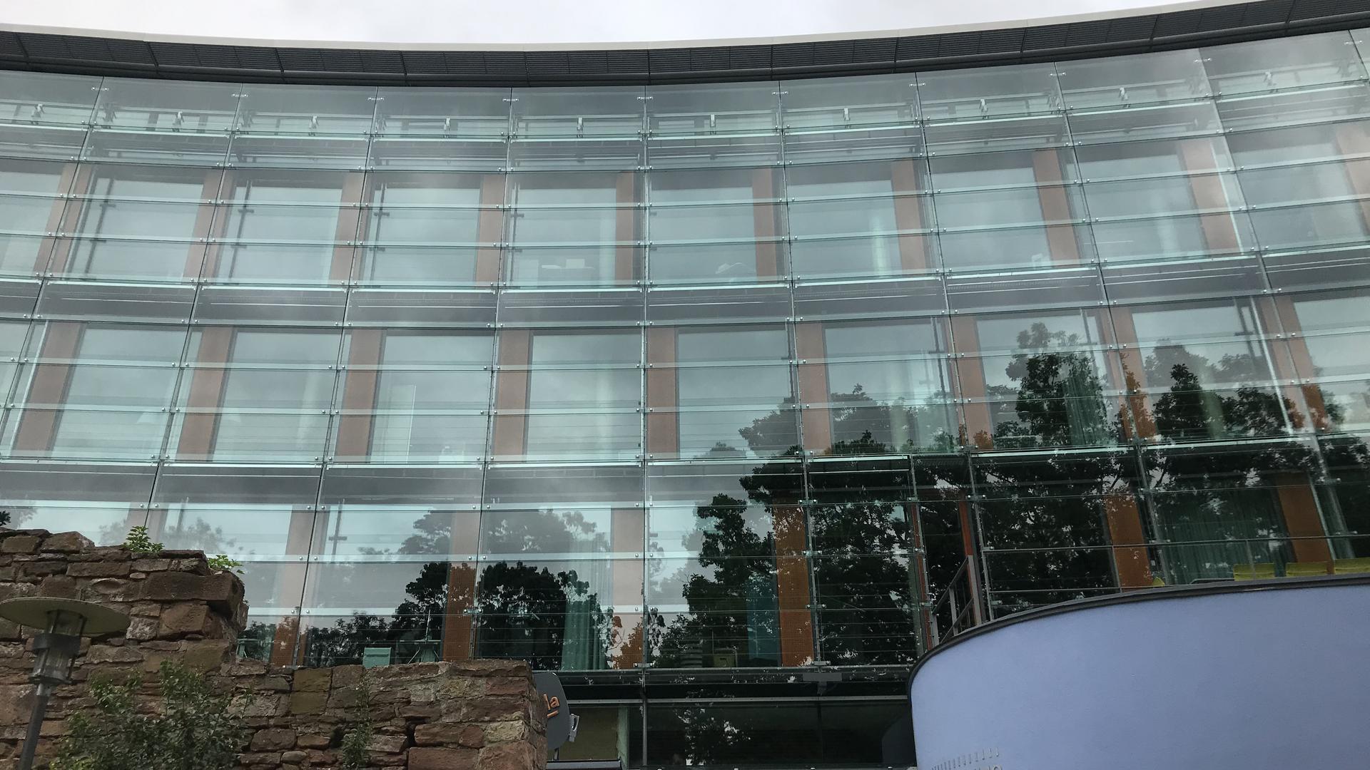 Westfassade der städtischen  Wohnbaugesellschaft Stadtbau mit Kommunalem Kino und Gastronomie zum Schlosspark hin