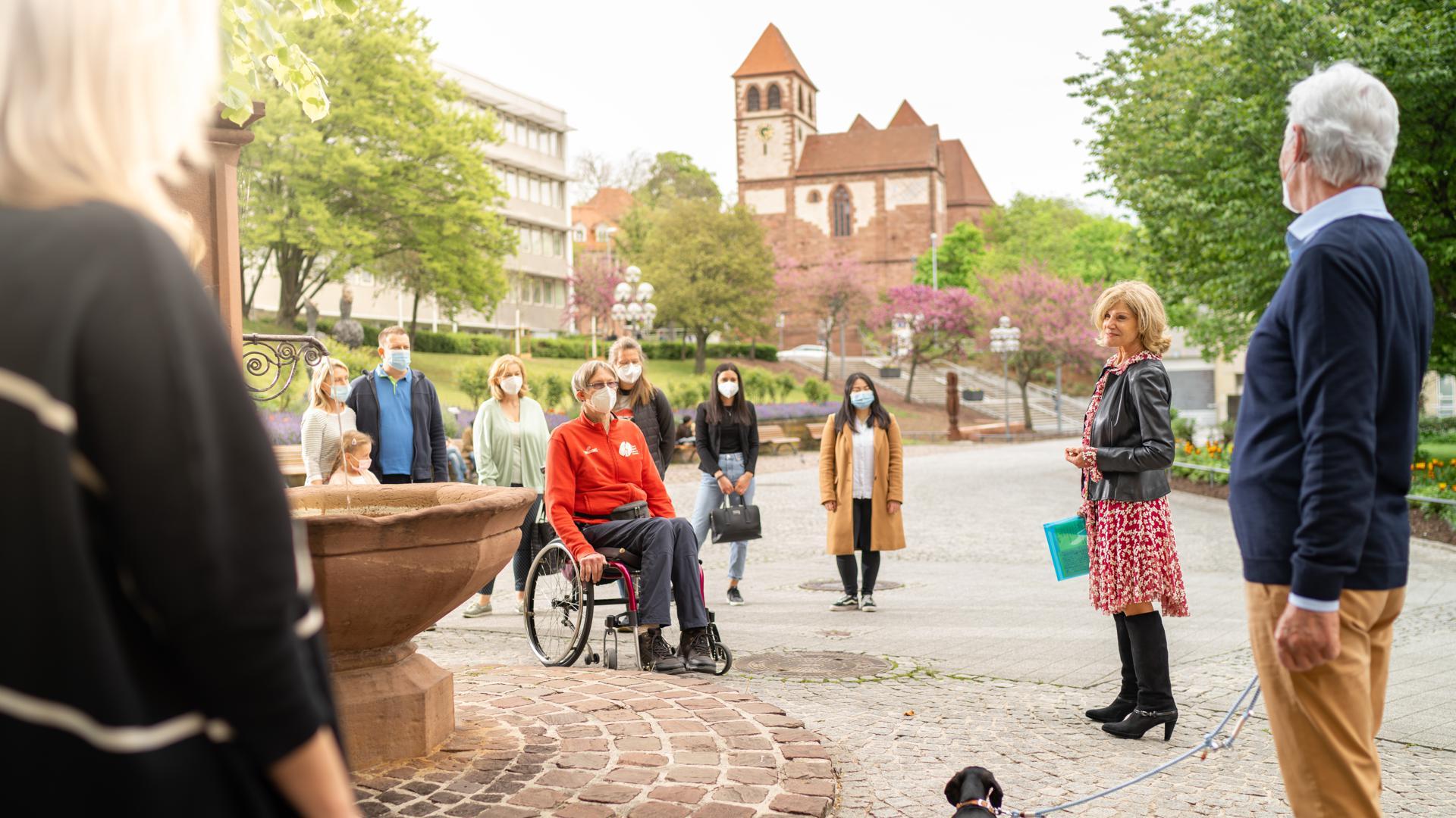 Corona-gerechte Stadtführung im Blumenhof von Pforzheim mit der Schlosskirche im Hintergrund