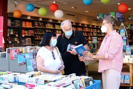 Kundengespräch vor Pforheimer Thalia-Buchhandlung