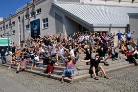 Viele Menschen vorm Pforzheimer Theater