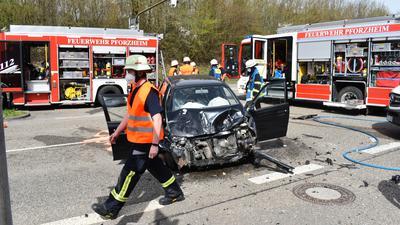 Bei dem Unfall auf der B10 in Pforzheim wurden zwei Menschen vermutlich schwer verletzt.