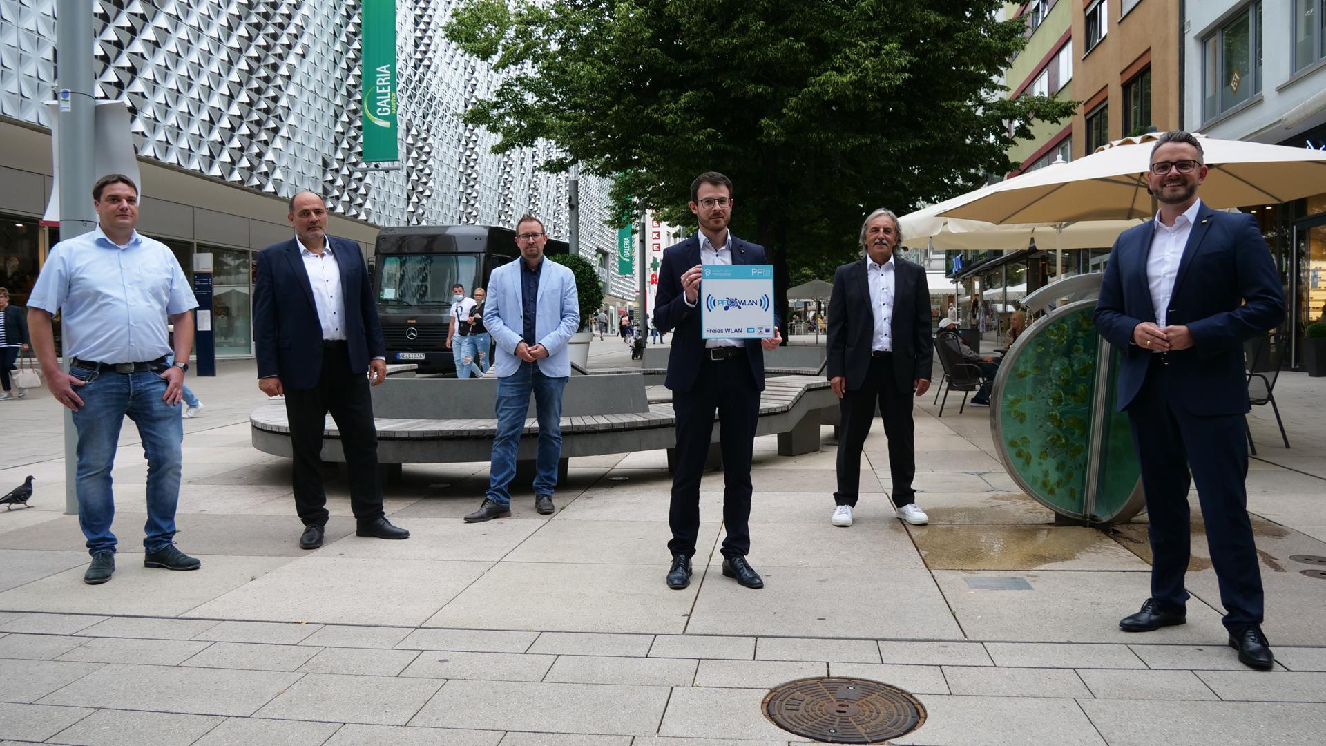 Kristian Kronenwetter und Bernd Hagenbuch (SWP), Michael Hertl (WSP), der Digitalisierungsbeauftragte Kevin Lindauer, Erwin Geisler und OB Peter Boch (von links) verkündeten am Donnerstag Vollzug: Ab sofort gibt´s das kostenfreie PF-WLAN auch in der Innenstadt