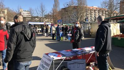 Landtagswahlkampf 2021 beim Wochenmarkt auf dem Turnplatz in Pforzheim: vorne Die Linke, dahinter AfD mit Bernd Grimmer (helle Jacke), hinten CDU mit Philipp Dörflinger (Mantel im Gespräch links