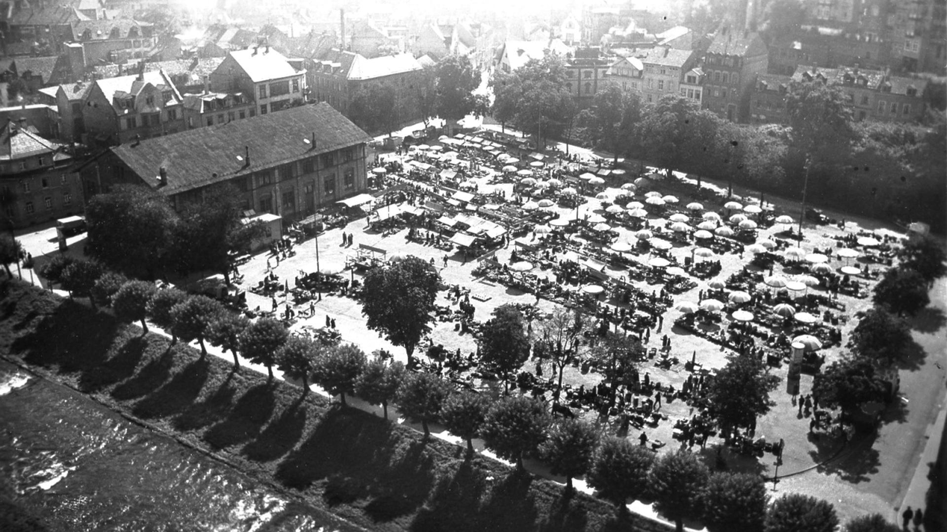 Nach dem Umzug vom Marktplatz in der Innenstadt (1926) wurde der Turnplatz (Foto aus den 1930-Jahren) zum bis heute beliebten Standort für den Pforzheimer Wochenmarkt.