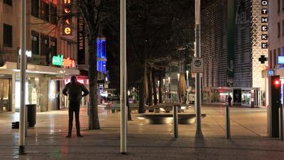"""Nacht und Leere: Nach dem Ende der nächtlichen Ausgangssperre in Pforzheim hält sich in der City der Andrang noch in Grenzen. Die Stellung hält """"Der Dicke"""" am westlichen Ende der Fußgängerzone."""