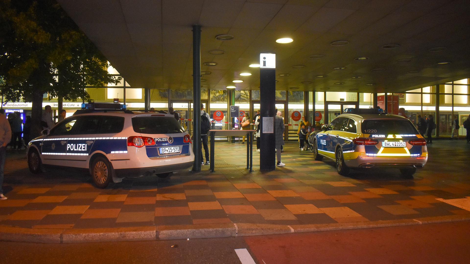 Vor dem Hauptbahnhof in Pforzheim stehen Polizeiautos: Wegen einer Bombendrohung mussten am Samstagabend rund 100 Personen den Hauptbahnhof verlassen.