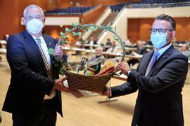 Geschenkkorb vom OB: Oberbürgermeister Peter Boch (CDU) ehrte Axel Baumbusch von der Grünen Liste in der Gemeinderatssitzung am Dienstag im Pforzheimer Congresscentrum.