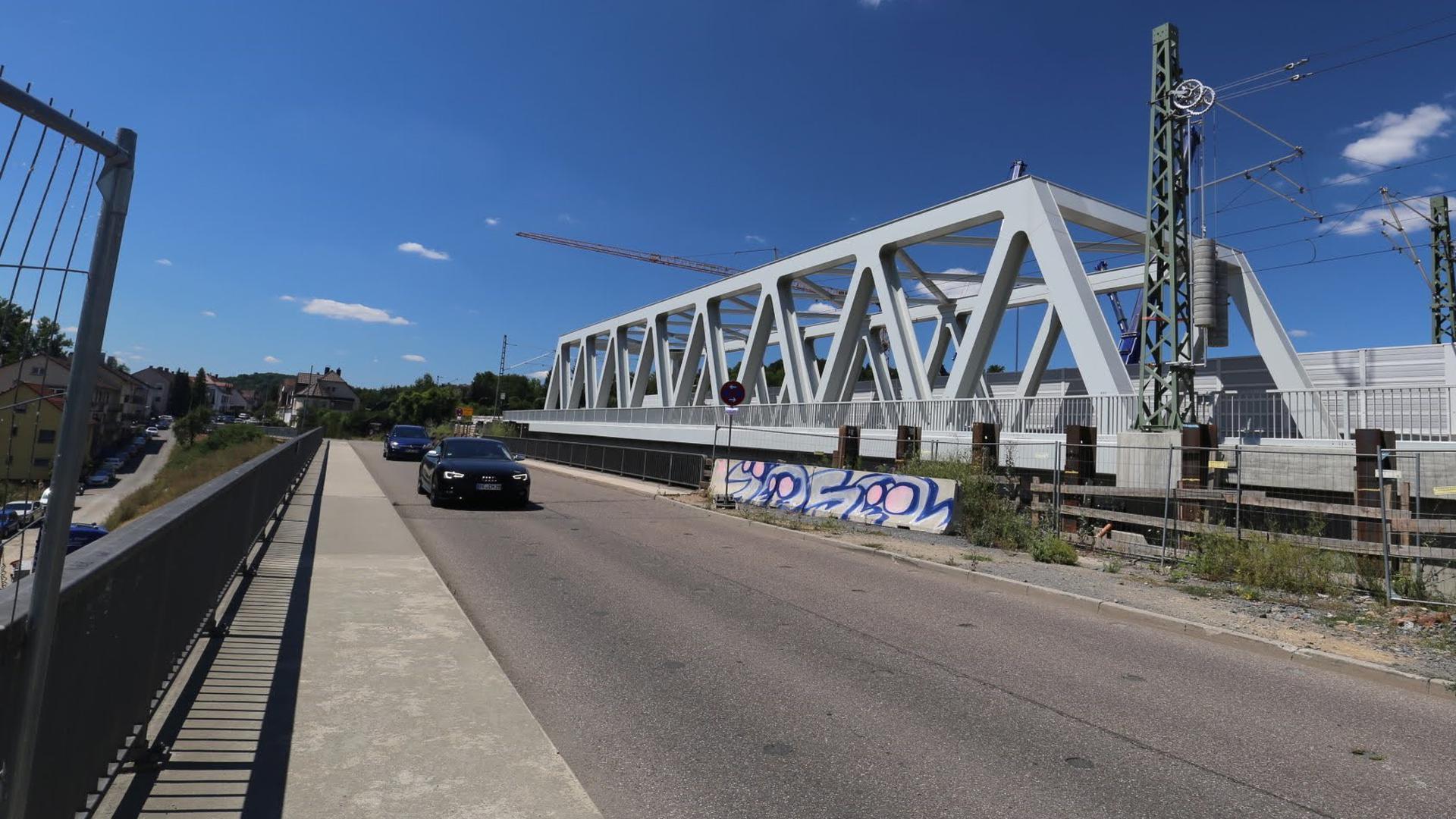 Ein Auto fährt über die Kreisstraßenbrücke über die Autobahn zwischen Niefern-Öschelbronn und dem Pforzheimer Stadtteil Eutingen