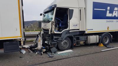 A8 bei Pforzheim nach Lkw-Unfall gesperrt
