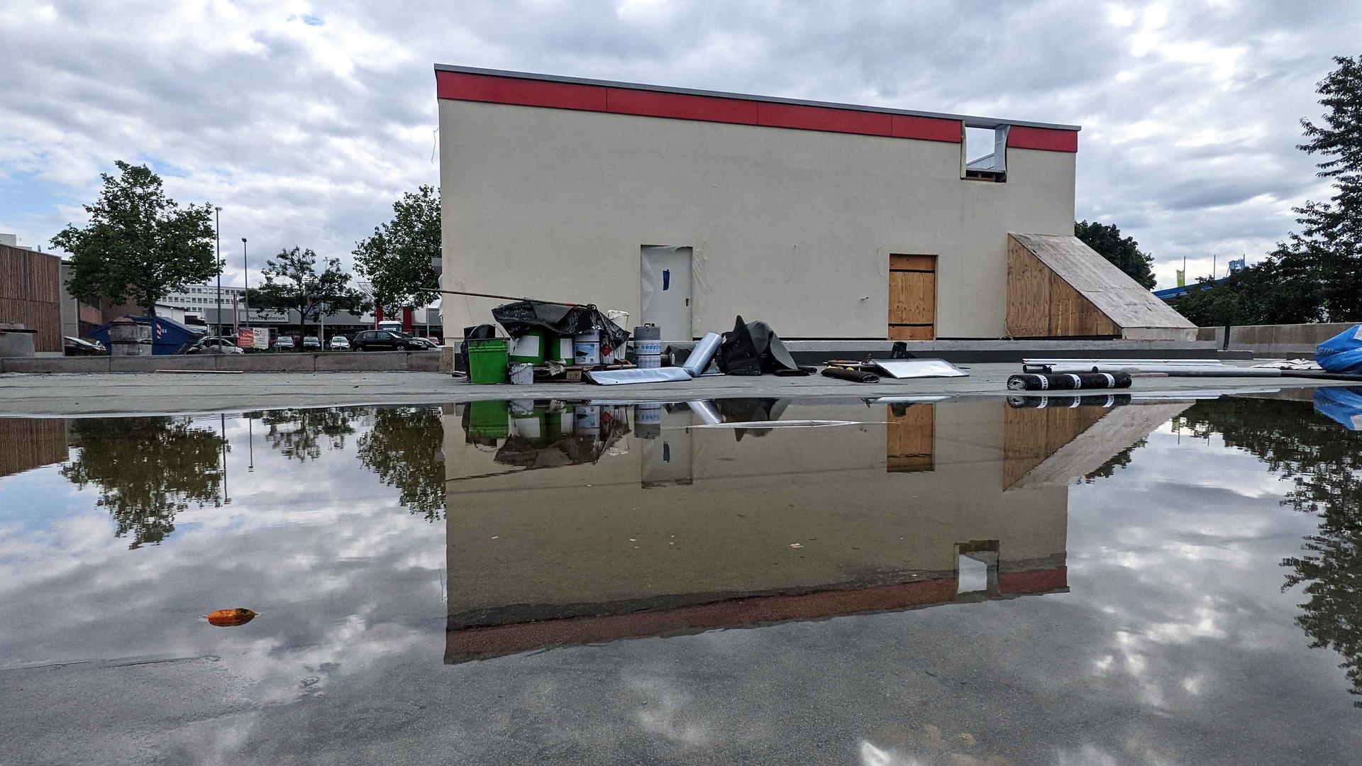 Still ruht der See: Die neue Filiale von Burger King, hier eine Ansicht mit Pfütze von hinten, auf der Wilferdinger Höhe ist von Außen fast fertig, soll aber erst Ende September eröffnen,
