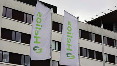 Stürmische Zeiten: Fahnen flattern im Wind vor dem Helios-Klinikum in Pforzheim. Die Unternehmensleitung wehrt sich gegen Vorwürfe aus der Belegschaft.