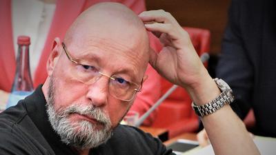 """Nachdenklich im Sitzungssaal: Politiker und Parteigründer Uwe Hück (""""Bürgerbewegung"""") gilt als wichtiger Zeuge in einem Ermittlungsverfahren gegen Mitarbeiter von Porsche, wo der Pforzheier viele Jahre Betriebsratsvorsitzender war.  e"""