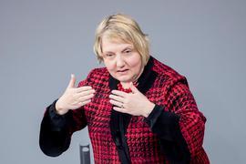 """Katja Mast (SPD), Mitglied des Deutschen Bundestages, spricht während der Debatte zum Etat des Bundesministeriums für Arbeit und Soziales im Bundeshaushalt 2021 im Bundestag. (Zu dpa """"Mast kritisiert H&M für Freiwilligenprogramm bei Stellenabbau"""") +++ dpa-Bildfunk +++"""