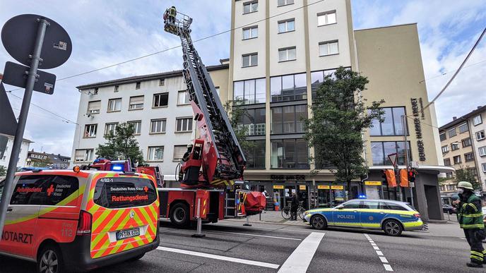 Beim Großeinsatz von Polizei und Feuerwehr in der Pforzheimer City am Mittwochmorgen kam auch eine Drehleiter zum Einsatz.