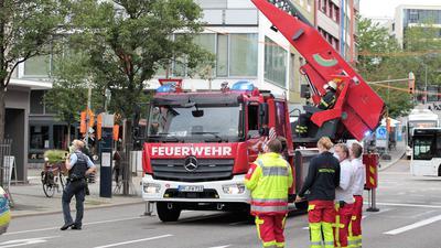 Kinder in Gefahr? Ein Feuerwehrmann am Mitttwochmorgen auf einer Drehleiter an einem Gebäude in der Pforzheimer Leopoldstraße.
