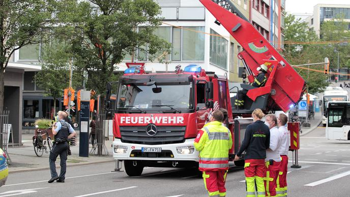 Einsatz mit Drehleiter an einem Gebäude in der Pforzheimer Leopoldstraße.