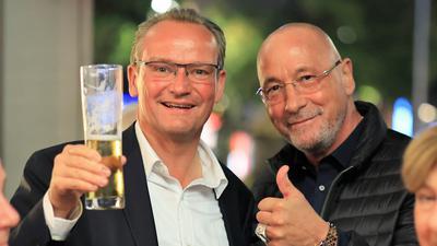 Auf den Erfolg: Gunther Krichbaum hat das Direktmandat im Wahlkreis Pforzheim erneut verteidigt. Auf der CDU-Wahlparty stieß er mit eine Bier an. Unter den Gratulanten war auch Uwe Hück von der Bürgerbewegung.