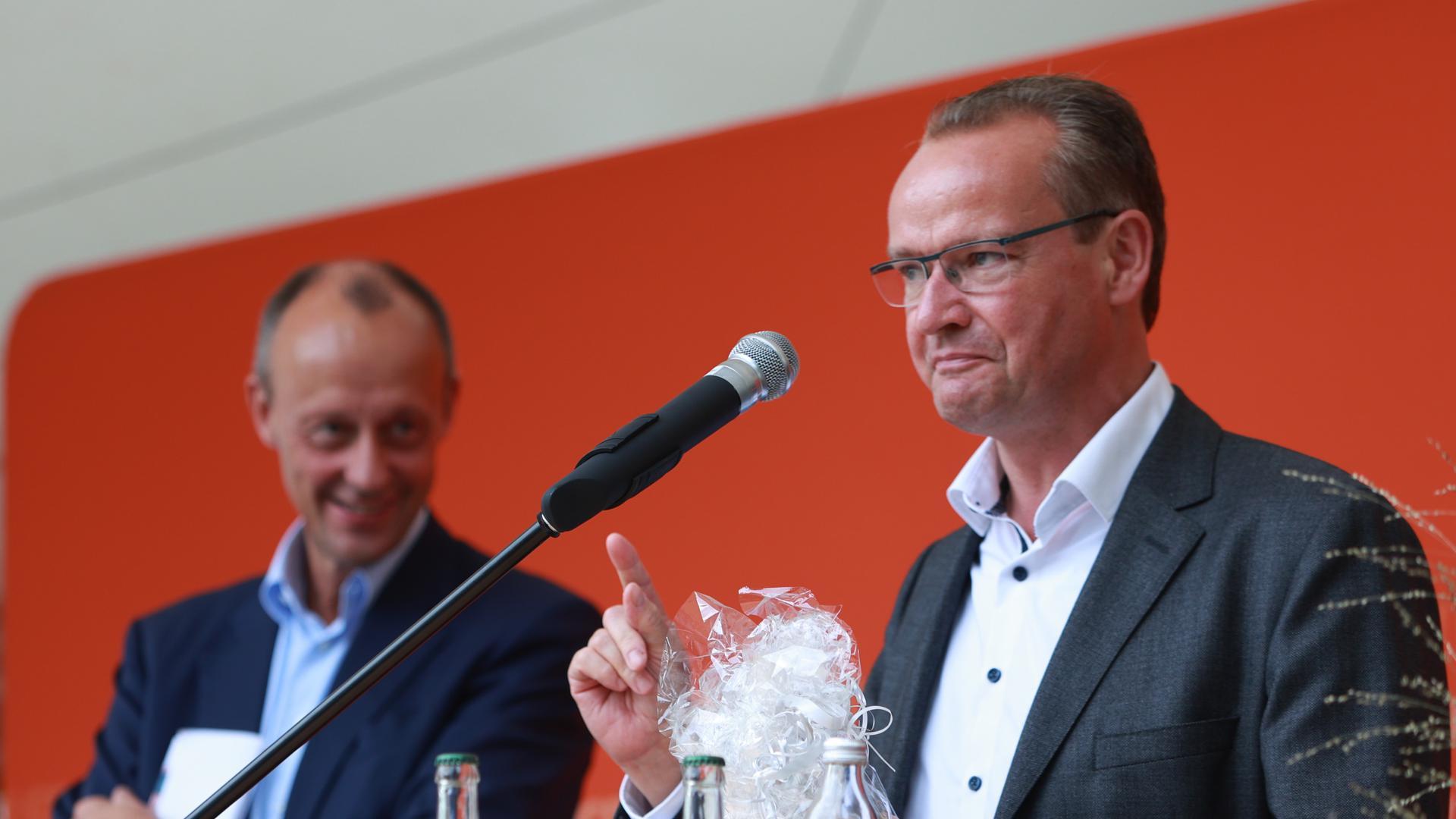 42 Prozent: Gunther Krichbaum überreicht Friedrich Merz eine Pforzheimer Spirituose zum Abschied.