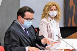 Abtreibungsgegnerin Pavica Vojnovic aus Mühlacker und ihr Anwalt Tomislav Cunovic bei der Verhandlung des Verwaltungsgerichtes Karlsruhe am Mittwoch im Pforzheimer Ratssaal.