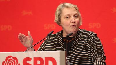 Bundestagsabgeordnete Katja Mast spricht auf einem Podium in Pforzheim.