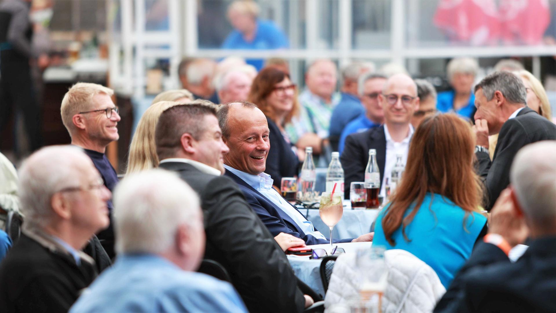 Balsam für die Parteiseele: Friedrich Merz sitzt am Mittwoch im Pforzheimer Enzauen-Biergarten im Kreise von CDU-Anhängern. Der Politiker sprach auf Einladung des CDU-Wahlkreiskandidaten Gunther Krichbaum