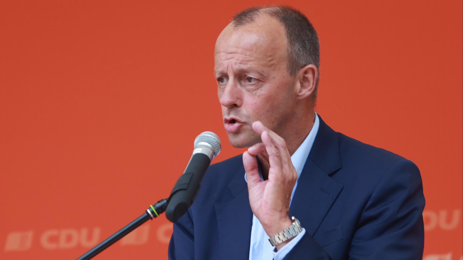 Friedrich Merz spricht im Enzauen-Biergarten in Pforzheim