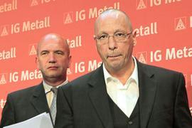 Die Gesamtbetriebsratsvorsitzenden von Volkswagen, Bernd Osterloh (l) und von Porsche, Uwe Hück, verlassen am Donnerstag (23.07.2009) in Frankfurt am Main in der Zentrale der IG Metall im Anschluss an eine Pressekonferenz gemeinsam das Podium. Sie informierten über die Anforderung der Arbeitnehmerseite an die Bildung eines integrierten Automobilkonzerns von Volkswagen und Porsche. Foto: Frank Rumpenhorst dpa/lhe +++ dpa-Bildfunk +++