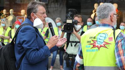 Verdi-Verhandlungsführer Bernhard Franke spricht am Freitagvormittag zu den Streikenden in der Pforzheimer Fußgängerzone.
