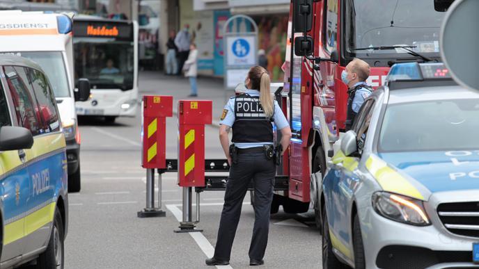 Bange Minuten: Polizisten blicken angespannt nach oben
