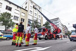 Kinder in Gefahr? Ein Feuerwehrmann auf einer Drehleiter an einem Gebäude in der Pforzheimer Leopoldstraße.