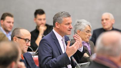 Hans-Ulrich Rülke (FDP) gestikuliert während eines Redebeitrags im Pforzheimer Gemeinderat.