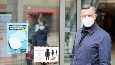 Mit Maske und Hoffnung: Thomas Sänger, Center-Manager der Schlössle-Galerie in Pforzheim, steht vor dem Eingang des innerstädtischen Einkaufszentrum.